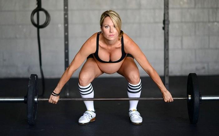 Спортсменка Леа-Энн Эллисон на тренировке во время беременности
