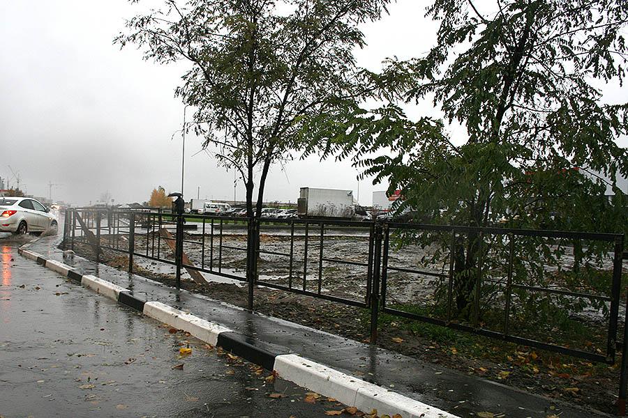Забор на Рылеева для защиты пешеходов