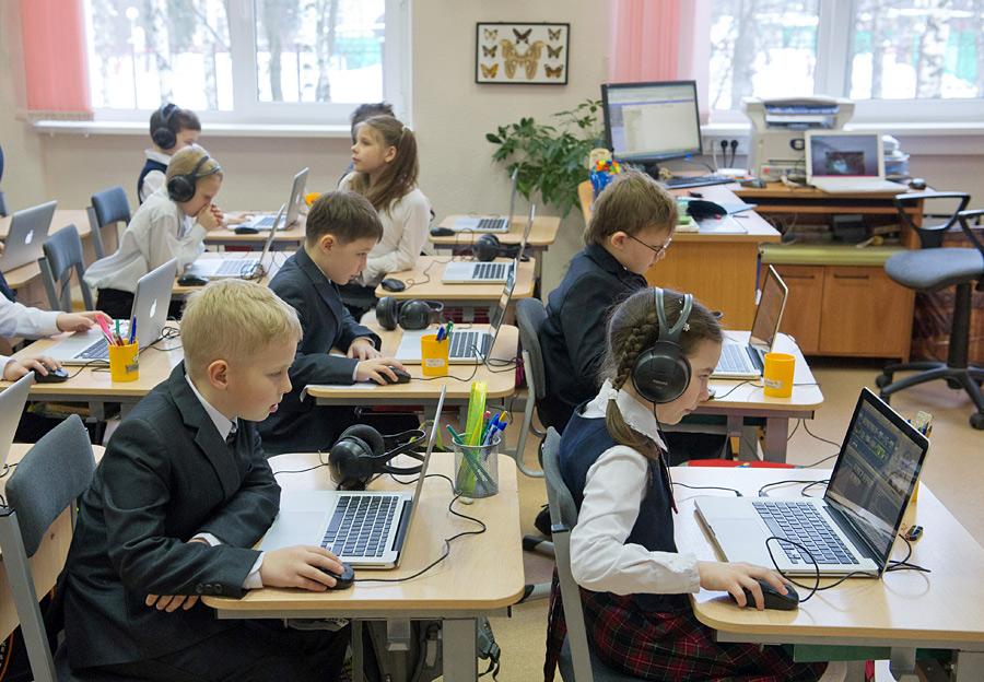 Ученики во время занятий на компьютерах