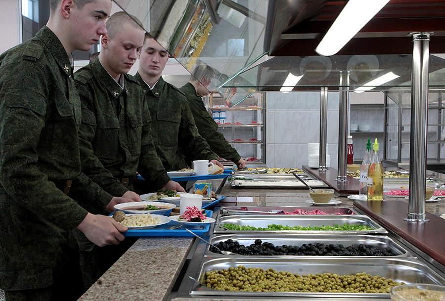 Новая система питания военнослужащих по призыву с элементами «шведского стола». /РИА Новости