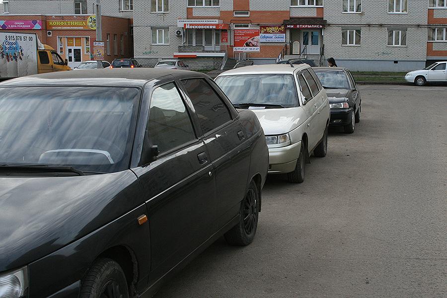Автомобили во дворе Ореховой