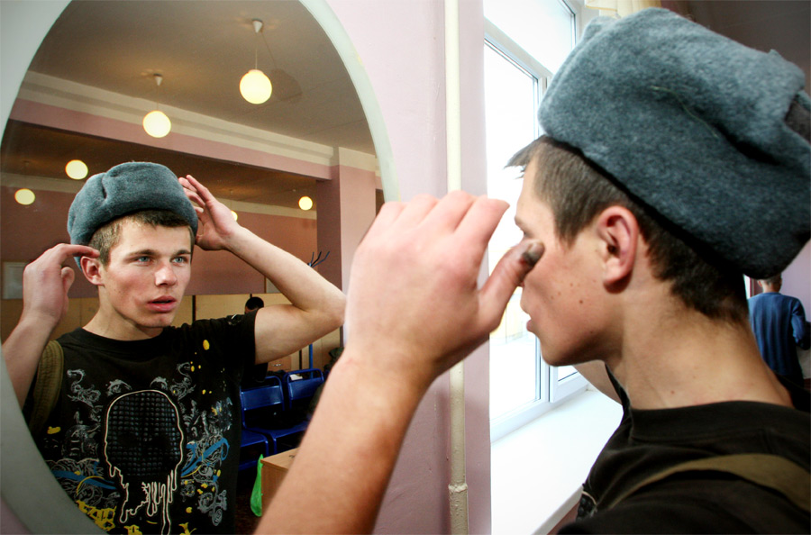 Призывник примеряет армейскую шапку