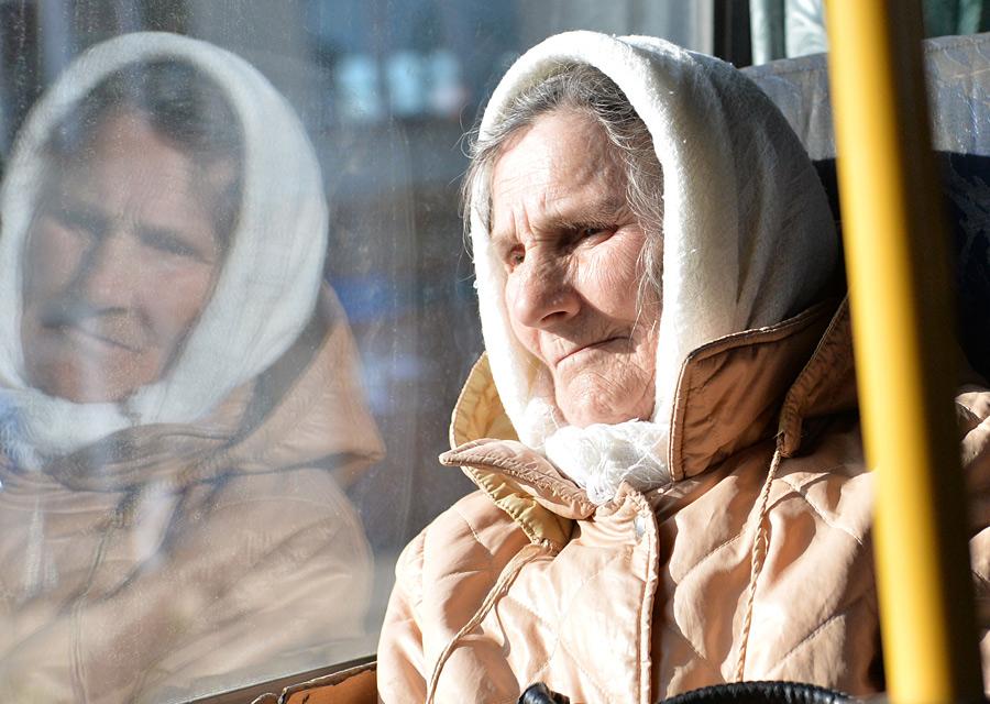 Пенсионерка в автобусе. Фото РИА Новости.