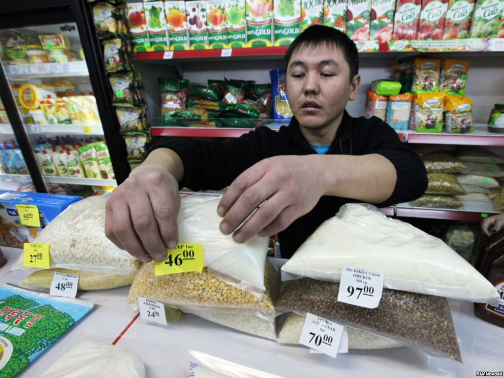 Мигрантам разрешили работать в торговле