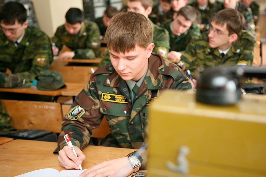 С 2015 года студенты в России пройдут военное обучение в ВУЗах. Фото РИА Новости.
