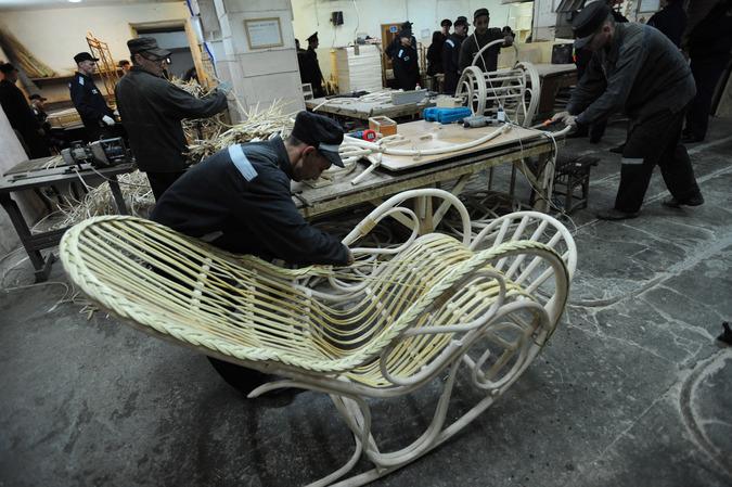 Заключенные работают на производстве плетеной мебели. Фото РИА Новости.
