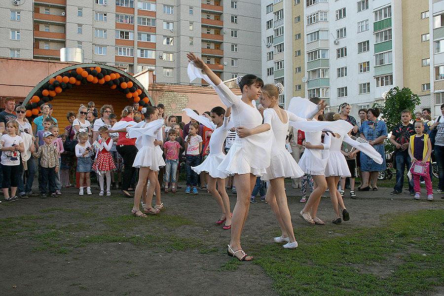 """Ученики школы №1 во время танца """"Журавли"""""""