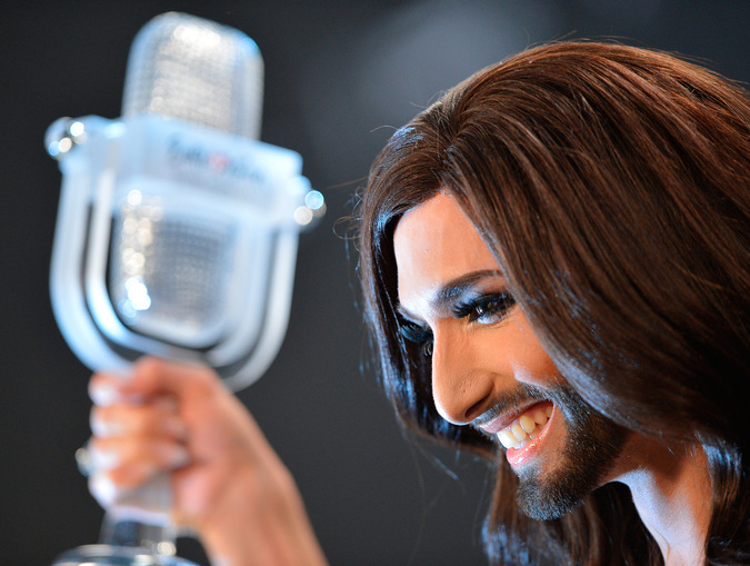 """Кончита Вурст (Австрия) с призом во время пресс-конференции по случаю своей победы в 59-ом международном конкурсе песни """"Евровидение-2014"""" в Копенгагене."""