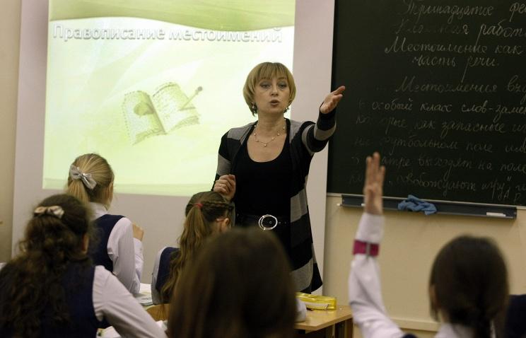 Образование в школе. Учитель на уроке.