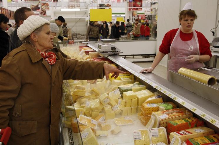 Работа супермаркета. Прилавки магазина.