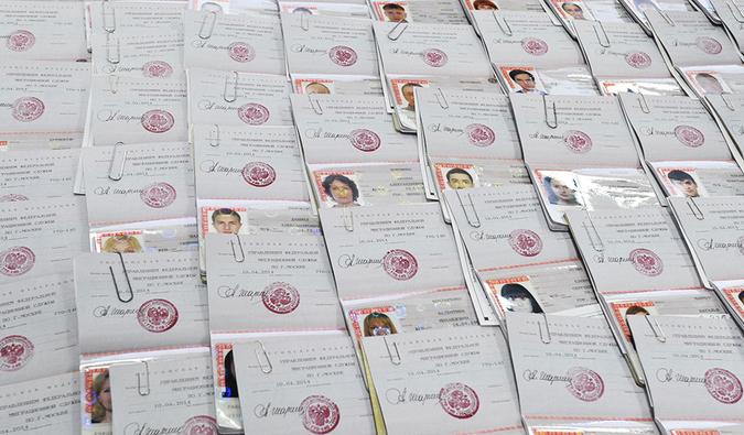 ФМС обещает выдавать гражданам РФ новый паспорт всего за 60 минут. Фото РИА Новости.