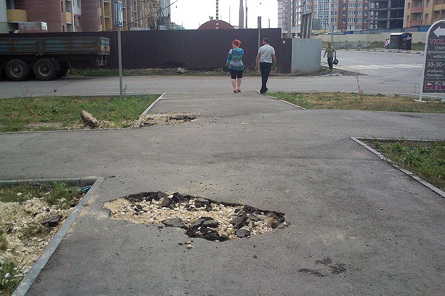 Разбитый тротуар на Агапкина