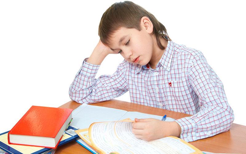 Ребенок делает уроки. Фотобанк Лори.