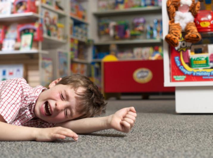 Ребенок в магазине игрушек