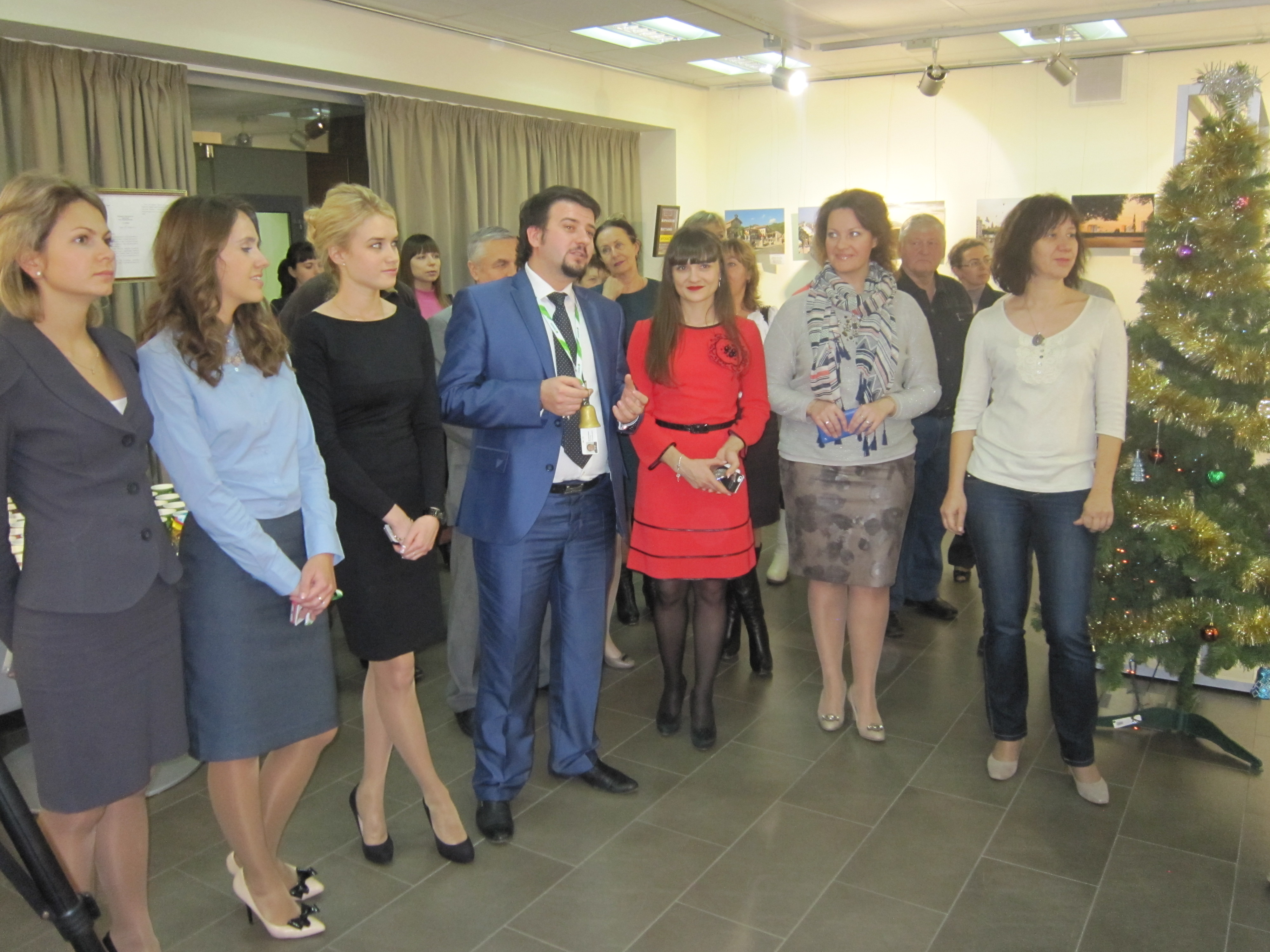 Председатель Молодежного совета Тамбовского ГОСБ Руслан Алексеев открывает благотворительную выставку