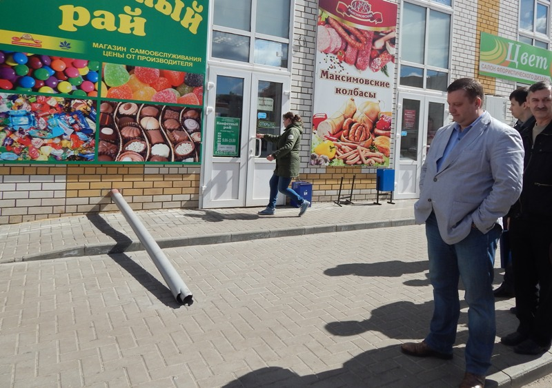 Алексей Кондратьев у торгово-офисного здания на углу Чичерина и Ореховой. Фото Онлайнтамбов.ру