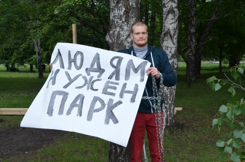 Олег Тетушкин приковал себя к березе. Фото ЛайфТамбов.ру