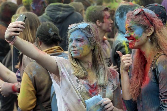 Участницы фестиваля красок Холи © /ТАСС