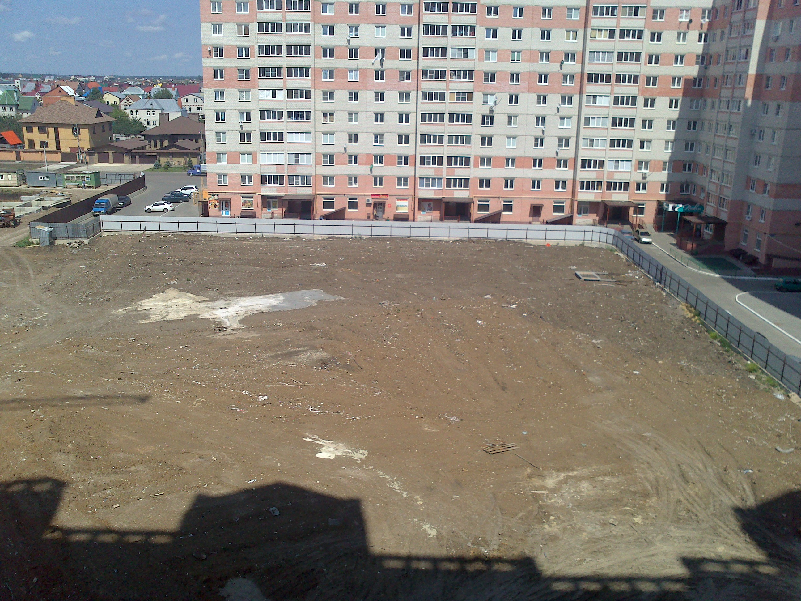 Территорию под парковку оградили для строительства