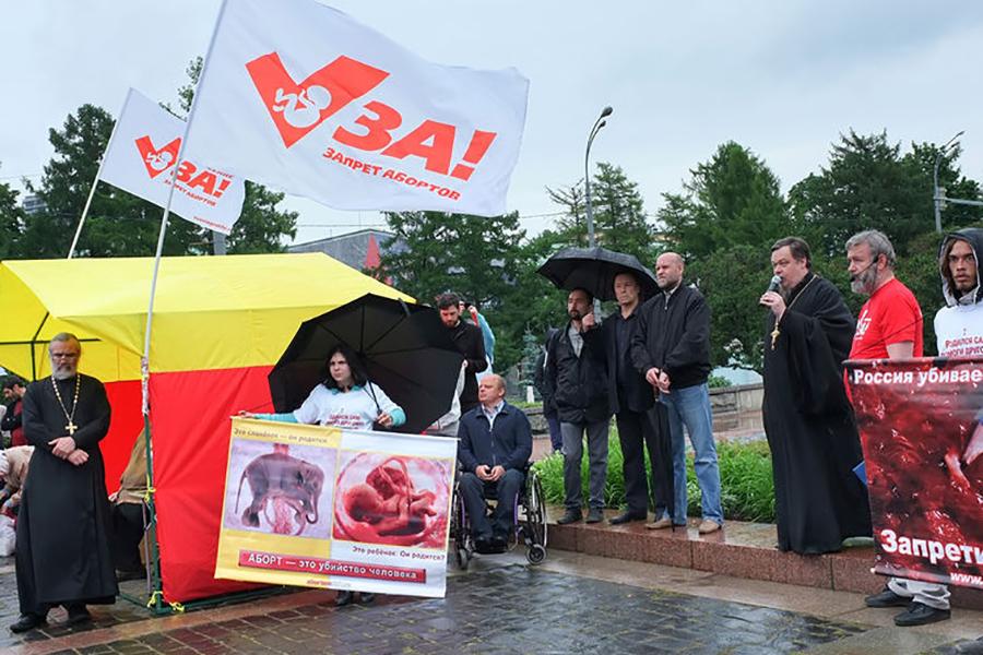 Отец Всеволод Чаплин выступает с речью на митинге противников абортов/ Фото Газета.ру