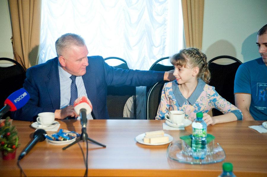 """Юрий Рогачев с победительницей конкурса """"Игрушка на ёлку"""""""