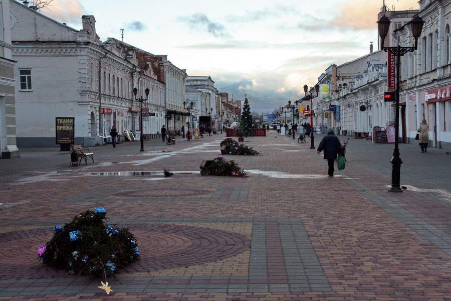 Падающие елки на Коммунальной, утро 24 декабря. Фото Михаила Карасева.