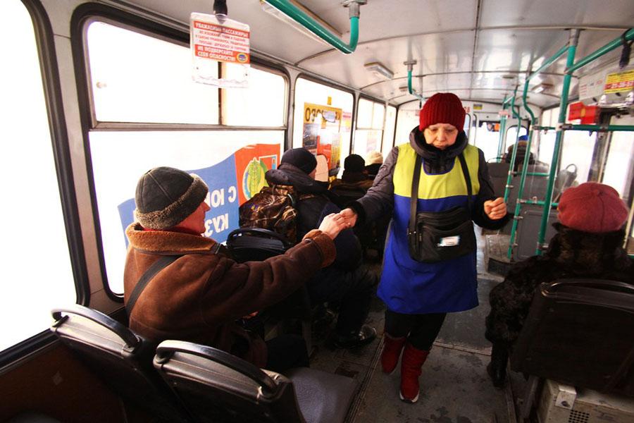 Кондуктор в автобусе
