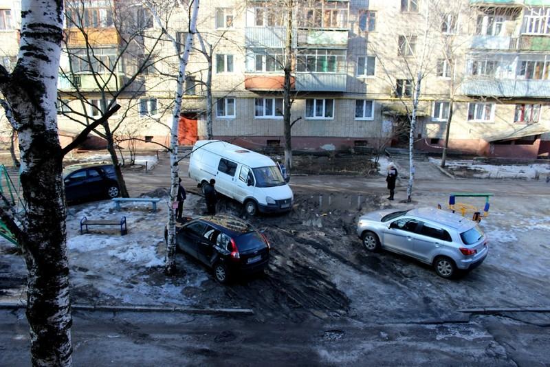 Автомобиль застрял во дворе. Фото Марины Климковой