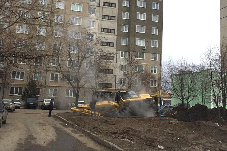 Авария во дворе дома на Рылеева, 106