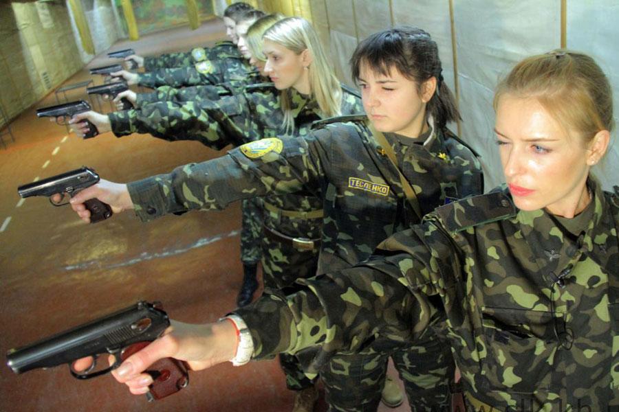 Девушки-военные