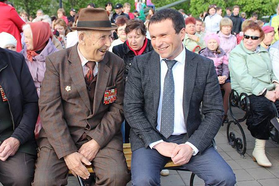 Ветеран ВОВ Илья Вокин и председатель Тамбоской городской думы Виктор Путинцев