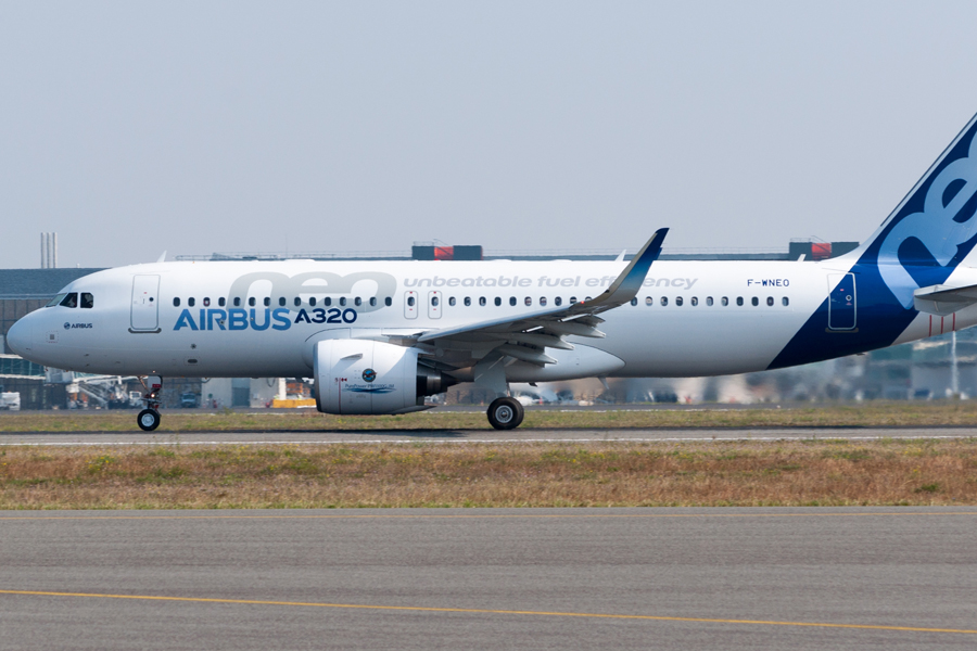Airbus_A320neo_first_takeoff_at_Toulouse_Blagnac_Airport_04