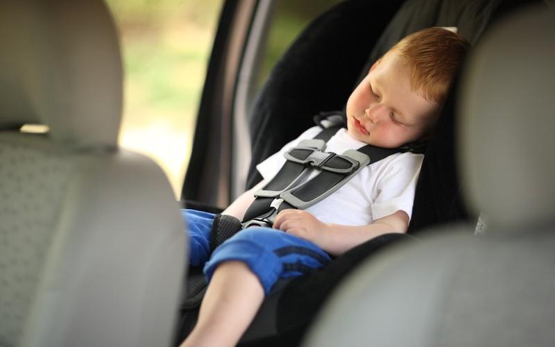 Ребенок в автокресле. Фотобанк lori.