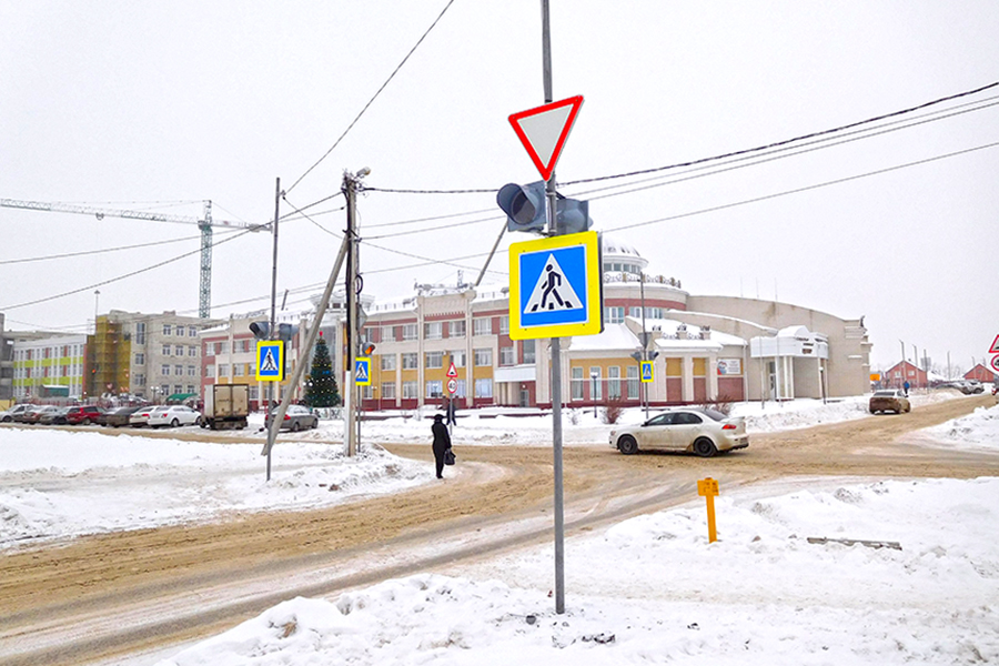Светофор у школы №1 в Радужном