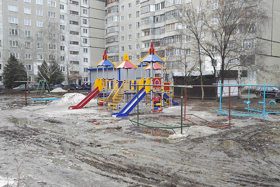 Детская площадка окружена грязью и болотами