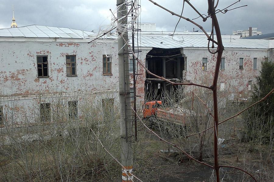 Обрушение стены бывшего военкомата. Фото Аркадия Фарбы