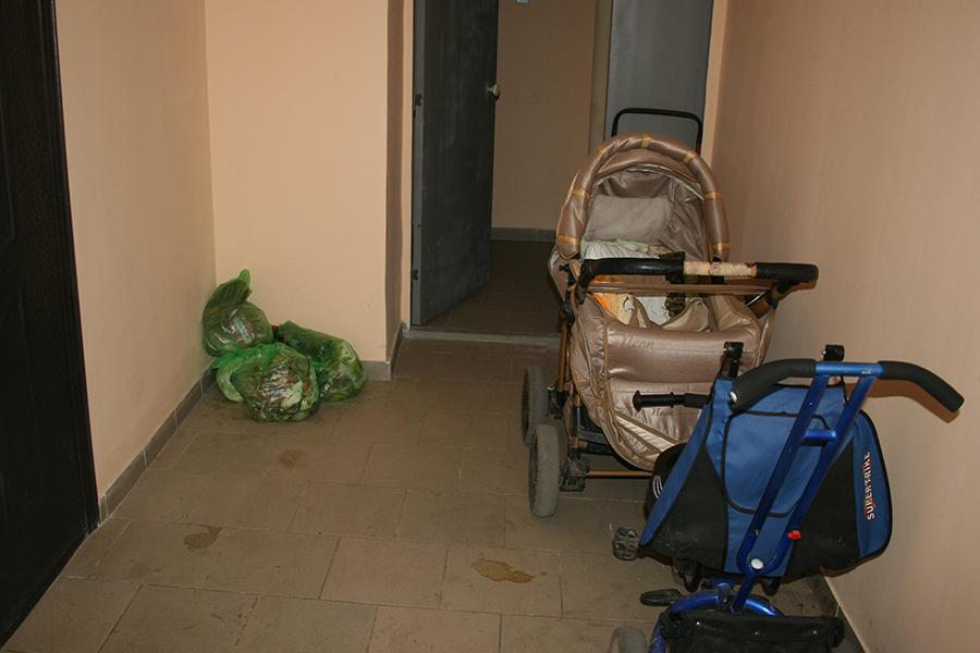 Мешки мусора рядом с квартир