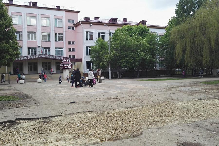 Территория перед школой №36