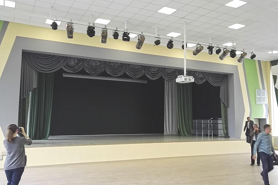 Сцена актового зала в школе Сколково