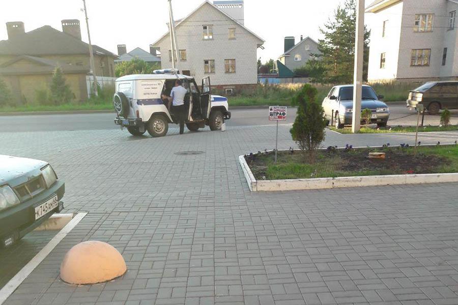 Сотрудники полиции составляют акт