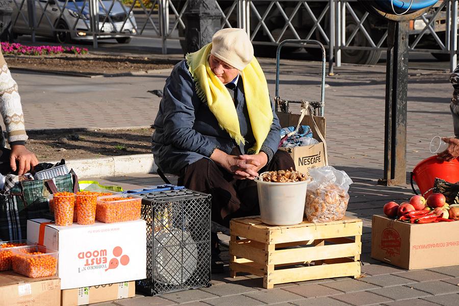 Пенсионерка продает грибы. Фото информационного управления администрации города.