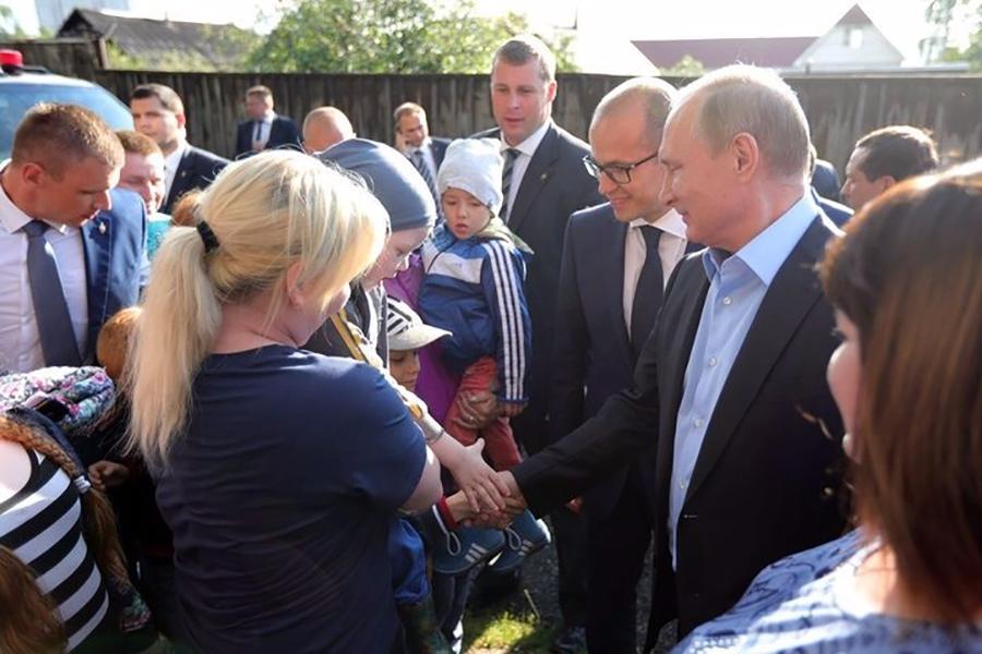 Путин с людьми. Фото пресс-службы Кремля.