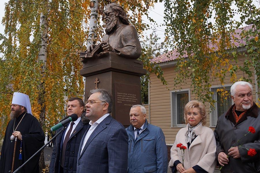 Памятник архиепископу Луке. Фото Эльвиры Бухановой.