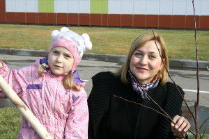 Ольга Грипич с дочкой Ульяной на субботнике у школы Сколково