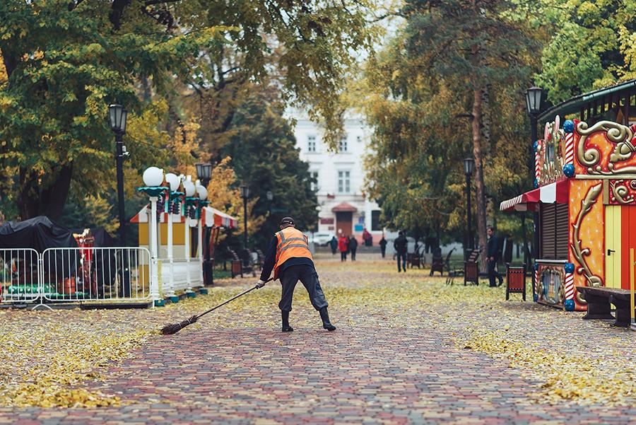Горсад, дворник. Фото Сергей Цалюк