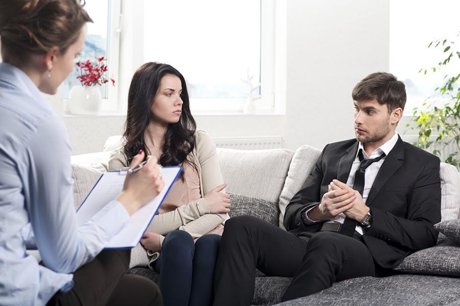 Молодая пара у психолога