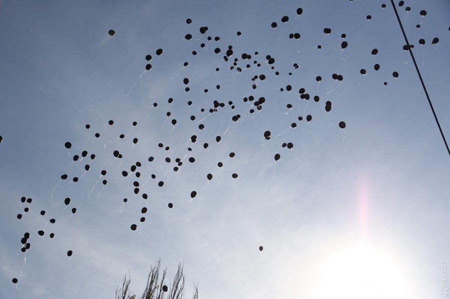 Черные шары в небе