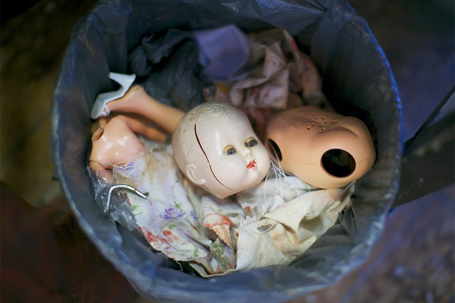 Сломанная кукла в мусорном ведре