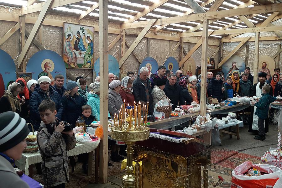 Великая Суббота в часовне в Радужном, освящение куличей