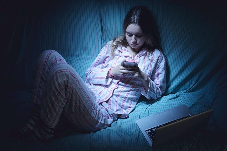 Девушка в телефоне. Фото sololeaks.tv